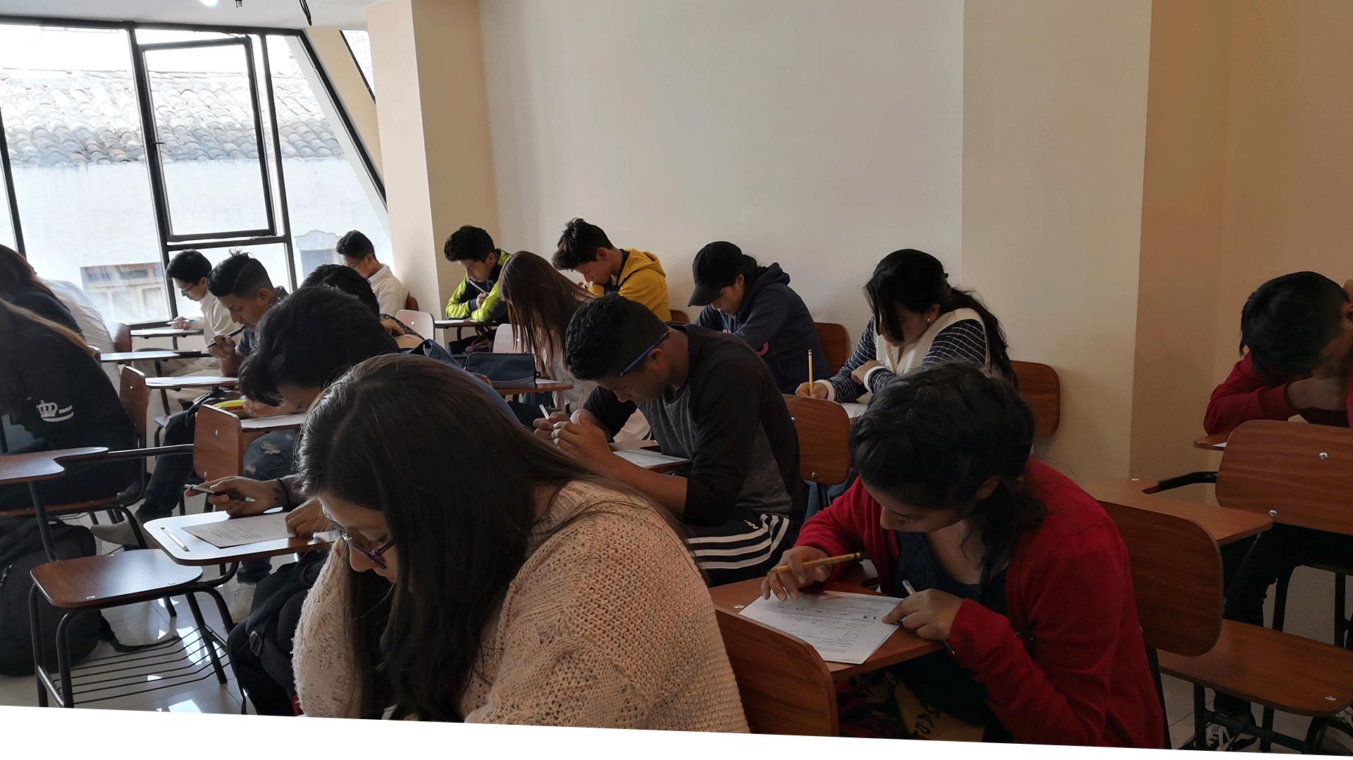Alumnos en prueba preuniversitario aprender