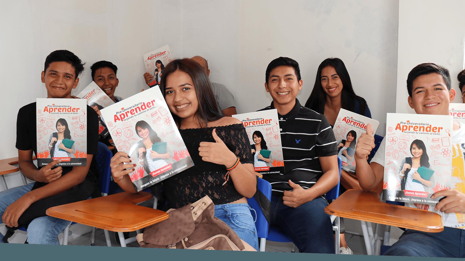 Alumnos en clases de preunviersitario aprender ambato con folleto Aprender