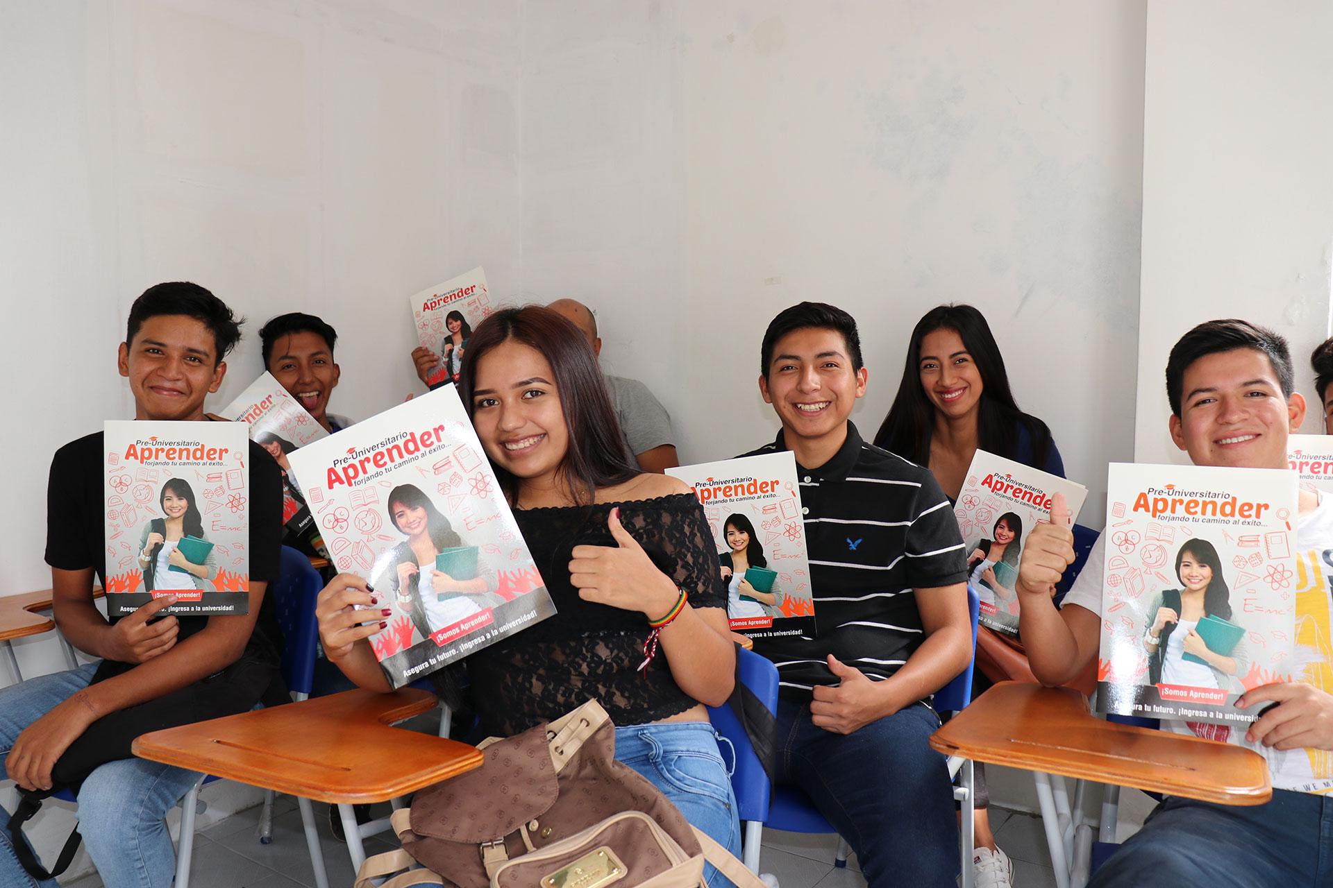 preuniversitario-aprender-alumnos con folleto-santo-domingo